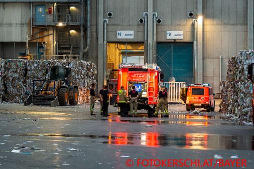 Feuerwehr, Blaulicht, Fotokerschi.at, Brand, Linz, Entsorgungsunternehmen
