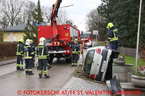 Feuerwehr; Blaulicht; Fotokerschi.at; PKW; Unfall; St. Valentin; Rubringerstrasse;