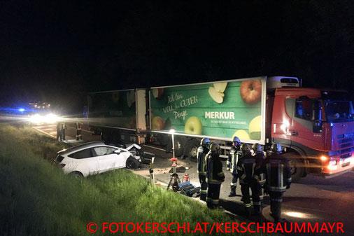 Feuerwehr, Blaulicht, Unfall, PKW, LKW, Alkolenkerin, Gegenfahrbahn; B115