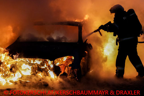 Feuerwehr, Blaulicht, Brand, PKW, Enns, Pannenbucht, Wasser, Löschen