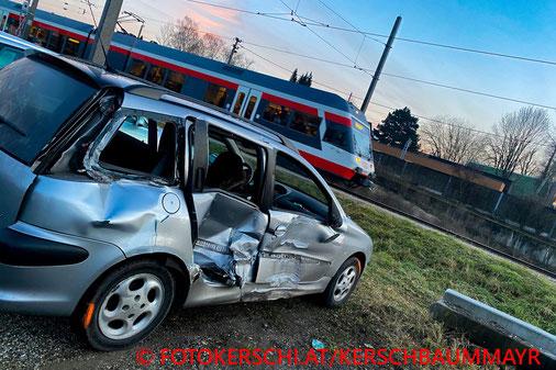 Feuerwehr; Blaulicht; Fotokerschi.at; PKW; Unfall; Zusammenstoß; Linzer Lokalbahn;