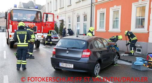 Feuerwehr; Blaulicht; Fotokerschi.at; PKW; Hausmauer; Unfall;