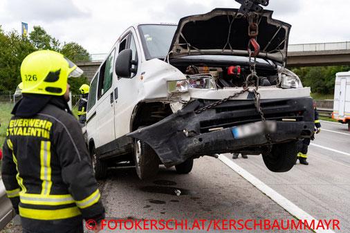 Feuerwehr, Blaulicht, Fotokerschi.at, Unfall, A1, LKW, Kleinbus, Fünf Verletzte