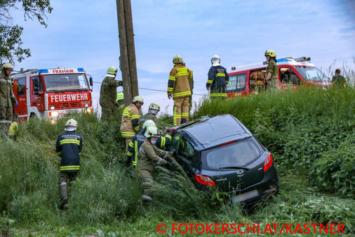 Feuerwehr; Blaulicht; Fotokerschi.at; Unfall; Böschung; PKW;