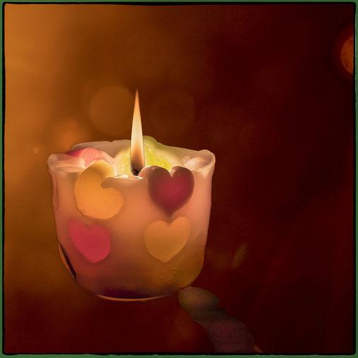 Kerze, gefertigt aus Wachsresten mit Herzen für den Ganzjahresbasar