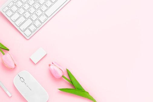 ラナンキュラスなど春の花たちとスケッチブック。