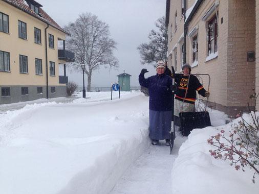 Moder Maria und Schwester Monika beim Schneeschippen in Vadstena