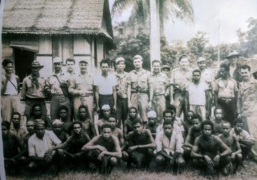 Louis Rapmund (geheel rechts) met de crew van de B-25H (midden, voor de palmboom) zojuist door hem en zijn team gered. Wsl kampung Baroe, 18 augustus 1944