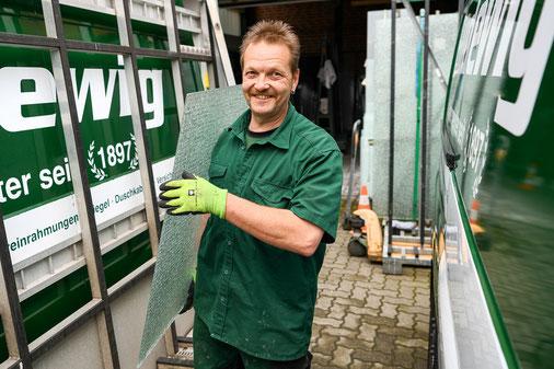 Mitarbeiter der Glaserei Ludewig GmbH in Hamburg mit Isolierglas