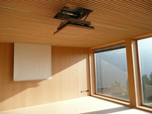 写真1 陽光を取り入れた部屋 窓下の渓谷が美しい