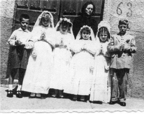 Mi primera comunión con: Dña Eusebia y delante: Vale, Visita, Dorita, Merche, Ani y Esteban. F. P. Privada.
