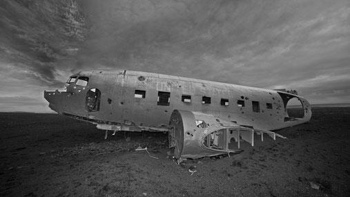 """Eine DC-3 """"Dakota"""" in der Lavawüste bei Vik."""