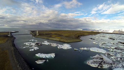 """Bild vom """"Hexa Cockpit"""" aus. Eisschollen treiben von der Eislagune durch den Kanal in den Atlantik."""
