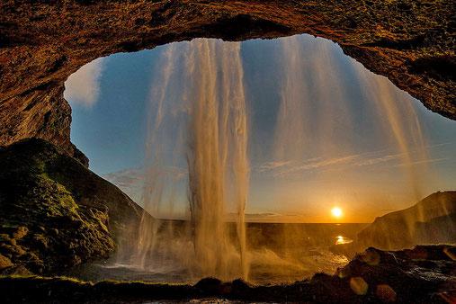 Seit 3 Wochen der einzige sichtbare Sonnenuntergang  hinter dem Wasserfall Seljalandsfoss.Ein einmaliges Erlebnis