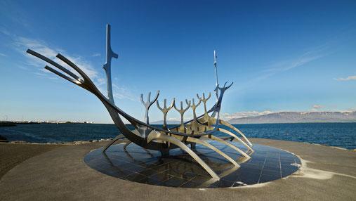 Wikingerboot? Walskelett? Die Skulptur von Jon Gunnar Arnason an der Uferpromenade in Reykjavik