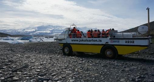 Mit einem Amphibienboot kann man für 4000.- ISK (ca. 27.- €) 40min. lang zwischen den Eisschollen umherfahren.