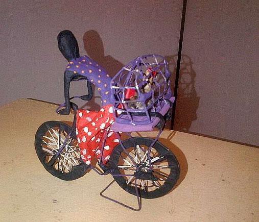 Nala auf dem Fahrrad von Chris , Draht, Papier und Acrylfarbe