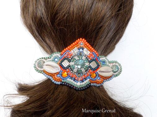 photo-barette-brodée-autour-cabochon-labradorite-perles-multicolores