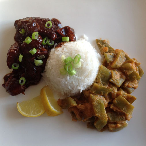 Snijbonen in pittige kokossaus met witte rijst en ajam ketjap.
