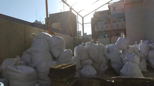 大量の土嚢袋