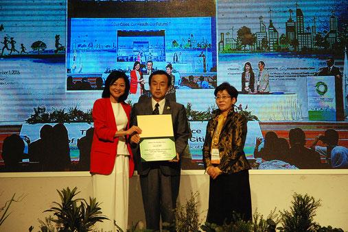 健康都市連合のアワードを授賞した大府市岡村市長