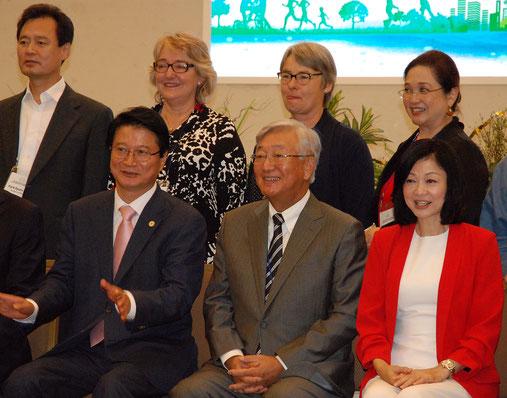 Weon Chang-mugウォンジュ市長(前列左)とShin Young Soo局長(前列中央)