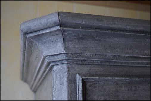 Détail meuble peint patiné à la cire