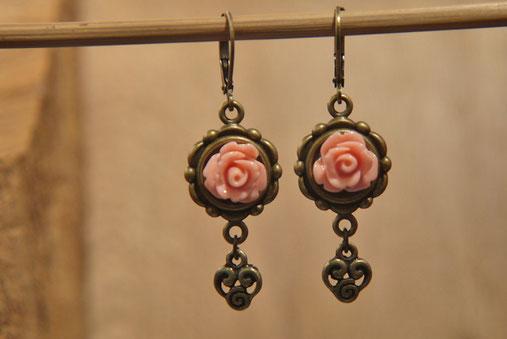 Ohrhänger aus Antimessing mit Rose altrosa