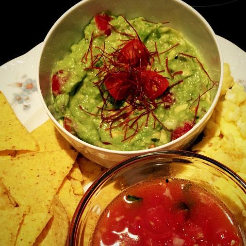 Guacamole mit Chilifänden dekoriert