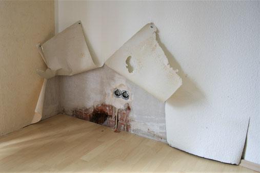 Feuchteschaden an einer Außenwand hinter der Tapete