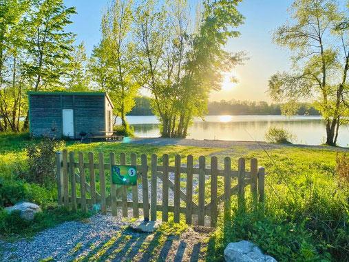 pêche de la carpe. cabane IKTUS au bord de l'eau sur les postes