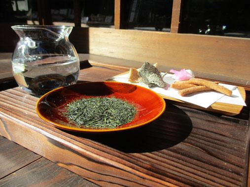 煎茶の緑色と漆器・飛騨春慶が和を醸し出す