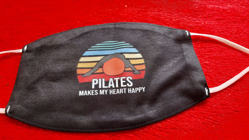 "Pilates-Maske schwarz mit Bild und Text ""Pilates makes my heart happy"""
