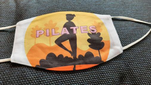 """Pilates-Maske in Orange-gelb-Tönen mit schwarzer Figur und Aufschrift """"Pilates"""""""