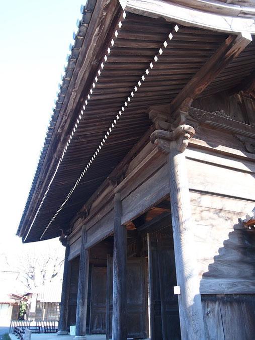 ●聖将山東郷寺山門(東京都選定歴史的建造物):府中崖線をいかした急勾配の石段の上にある雄大な門。