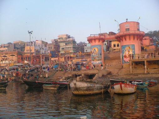 Die Ghats am Fluß Ganges in Varanasi, eine der heiligsten Stätten des Hinduismus - Uttar Pradesh - Indien