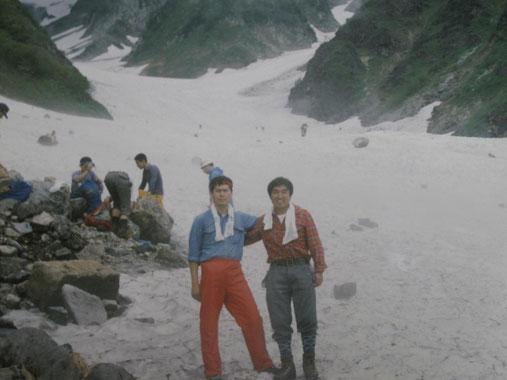 昭和60年7月5日(1985) 白馬岳大雪渓にて  青いシャツのH君と