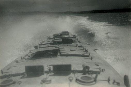 """Versuchsboot """"Siegfried"""" mit Heck-ToRo bei 30 kn – Foto: Archiv 7. SGschw"""