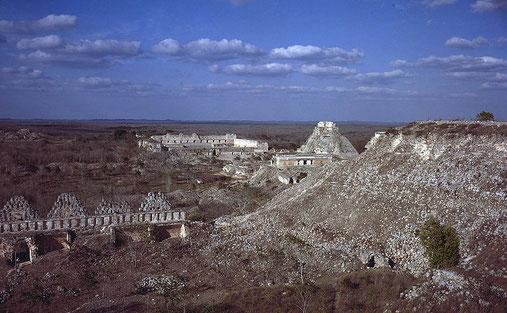 Blick über Uxmal. Vorne links: Taubenhaus, rechts: Hauptpyramide. Hinten links: Nordgruppe, Mitte: Nonnenviereck, rechts: Schildkrötenhaus und Zauberer-Pyramide