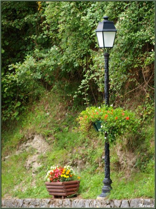 Lampadaire fleuri et pot de fleurs au village d'Aas, Vallée d'Ossau (64)