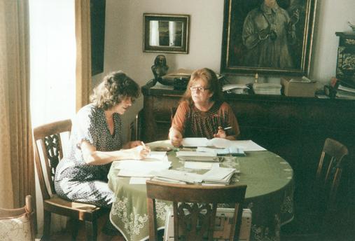 Frau Ulrike Friedrichs und Frau Bettina Heinen-Ayech bei der Vorbereitung zur Publikation des Werksverzeichnisses von Erwin Bowien, 1998