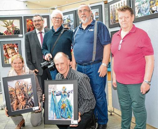 Die Mitglieder des Fotoclubs laden gemeinsam mit Sparkassenmitarbeiter Andreas Palioudakis (hinten links) zur Ausstellung ein: (v. l.) Christiane Lange, Reimund Engel, Kai Lange, Harald Kestermann und Margret Kestermann.