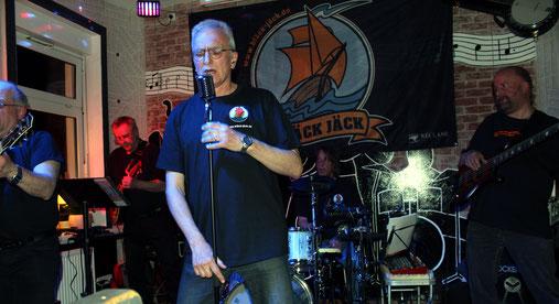 Die vier Musiker von BLÄCK JÄCK bei einem Auftritt bei einem Straßenfest in Döse/Cuxhaven