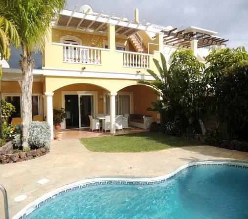 Diese moderne und ruhig gelegene Golf Villa mit eigenem Pool befindet sich direkt am Golfplatz von Adeje auf Teneriffa,