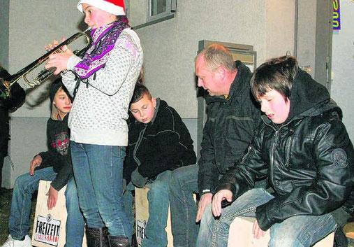 Auf Cajons haben Schüler des Nikolaus-Gross-Hauses den Trompeter begleitet.