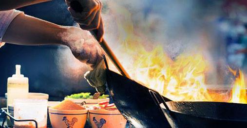Garküchen gehören zur asiatischen Kultur. Es gibt kaum private Kochmöglichkeiten