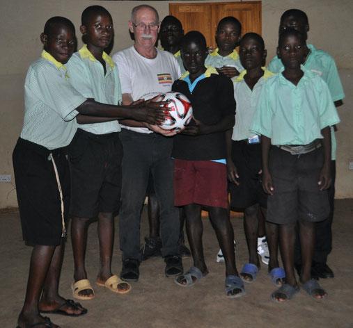 """""""Hilfe für gehörlose Kinder in Afrika - wurde 1997 von Gerhard Ehrenreich, selbst gehörlos, ins Leben gerufen."""