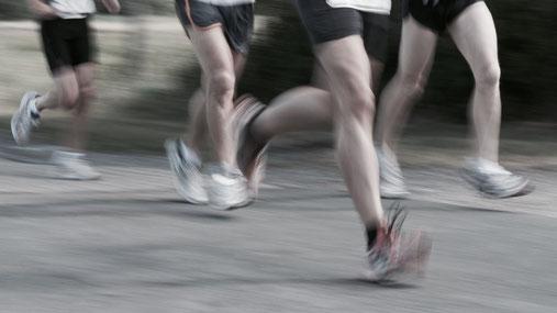 Der Aufprall auf der Ferse erzeugt einen heftigen Schlag, vor dem auch gepolsterte Schuhe kaum schützen. Beim Vorfußlauf wird die natürliche Stoßdämpferwirkung des Fußes genutzt.