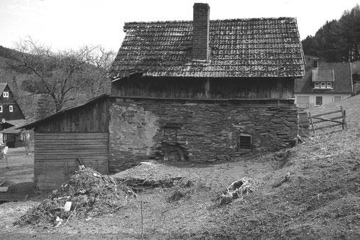 Westseitige Ansicht im Frühjahr 2003. Erkennbar ist die mit Backsteinen rundgemauerte Mündung. Davor befand sich unter einem Überdach der eigentliche Backofen.