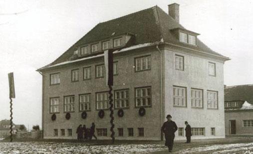 Die Schule in der Kastanienallee am Tag der Einweihung.